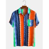 Homens Colorful Stripe Rainbow Print Chest Pocket Camisas de férias de manga curta