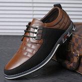 Sapatos casuais antiderrapantes masculinos com decoração de metal em microfibra e couro