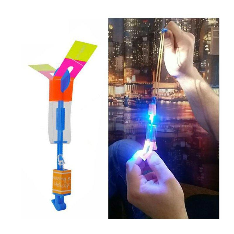 Verbazingwekkende Flash LED Light Arrow Rocket Helicopter Rotating Flying Toy Party Fun Kids Outdoor Plane Toy